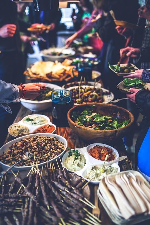 Una comida entre olivos